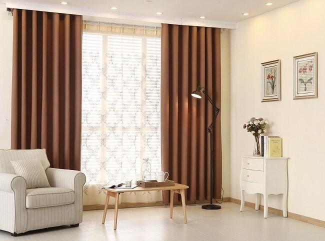 Nếu bạn muốn  phòng khách theo phong cách ngọt ngào, thanh lịch, pha chút cổ điển thì có thể chọn rèm cửa màu nâu tinh tế