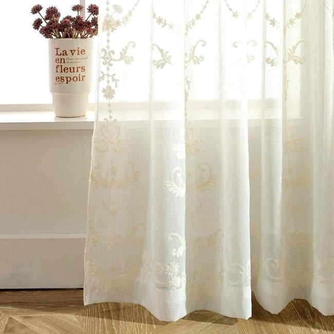 Nếu bạn muốn phòng ngủ theo phong cách nhẹ nhàng thì bạn nên chọn một mẫu rèm vải voan Nhật với hoa văn tinh tế như trên. Các họa tiết hoa văn  đều do bàn tay tỉ mỉ và lành nghề của những người thợ Nhật Bản làm ra