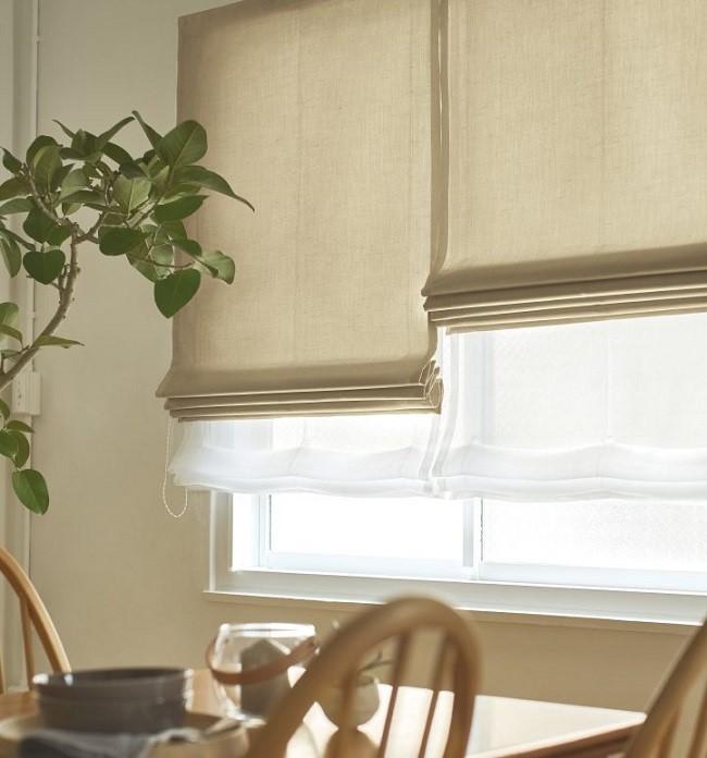 Các mẫu rèm cuốn vải Nhật cũng rất được yêu thích. Chúng được thiết kế  thêm lớp vải voan bên dưới để cản nhiệt cho căn bếp nhà bạn