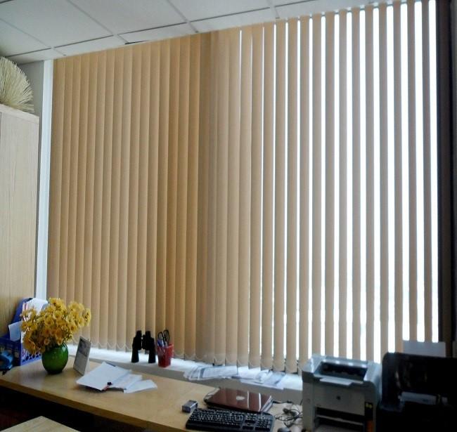 Rèm màn sáo lá dọc thường được dùng trong văn phòng cty