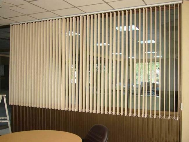 Rèm sáo lá dọc thường được dùng nhiều trong các tòa nhà kính. Giúp làm giảm lượng nhiệt hấp thụ vào mùa hè và điều hòa nhiệt độ vào mùa đông.
